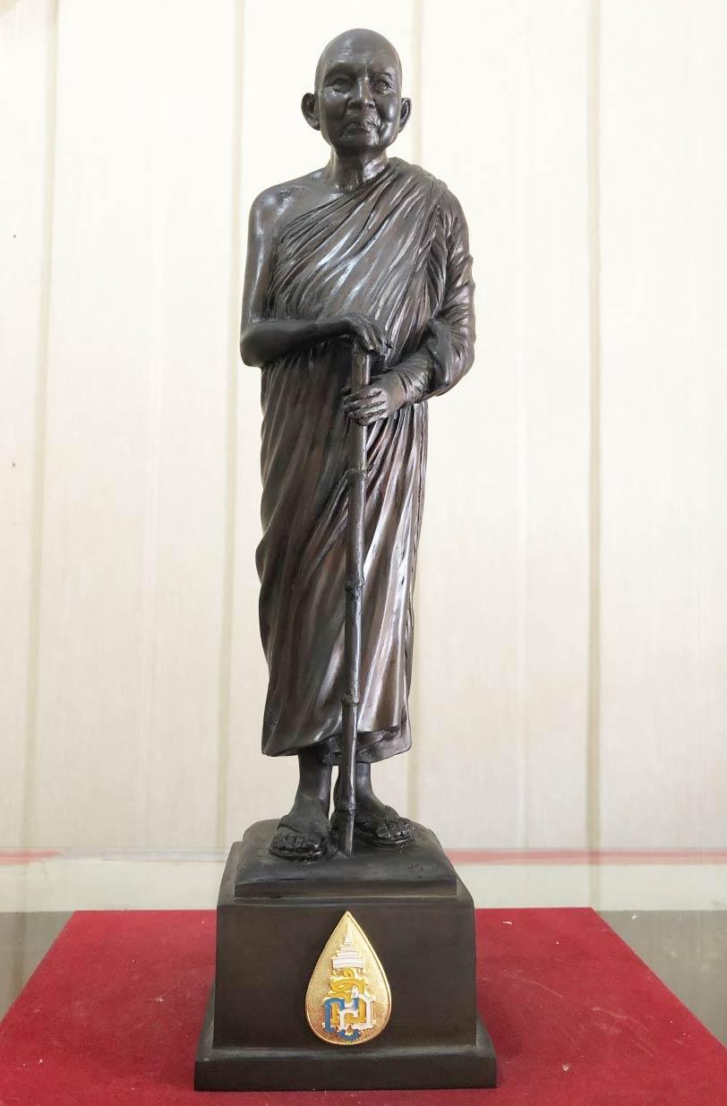 พระรูปหล่อ สมเด็จพระญาณสังวร สมเด็จพระสังฆราช ญสส. (ทรงไม้เท้าประทับยืน) วัดบวรนิเวศวิหาร ปี 2558