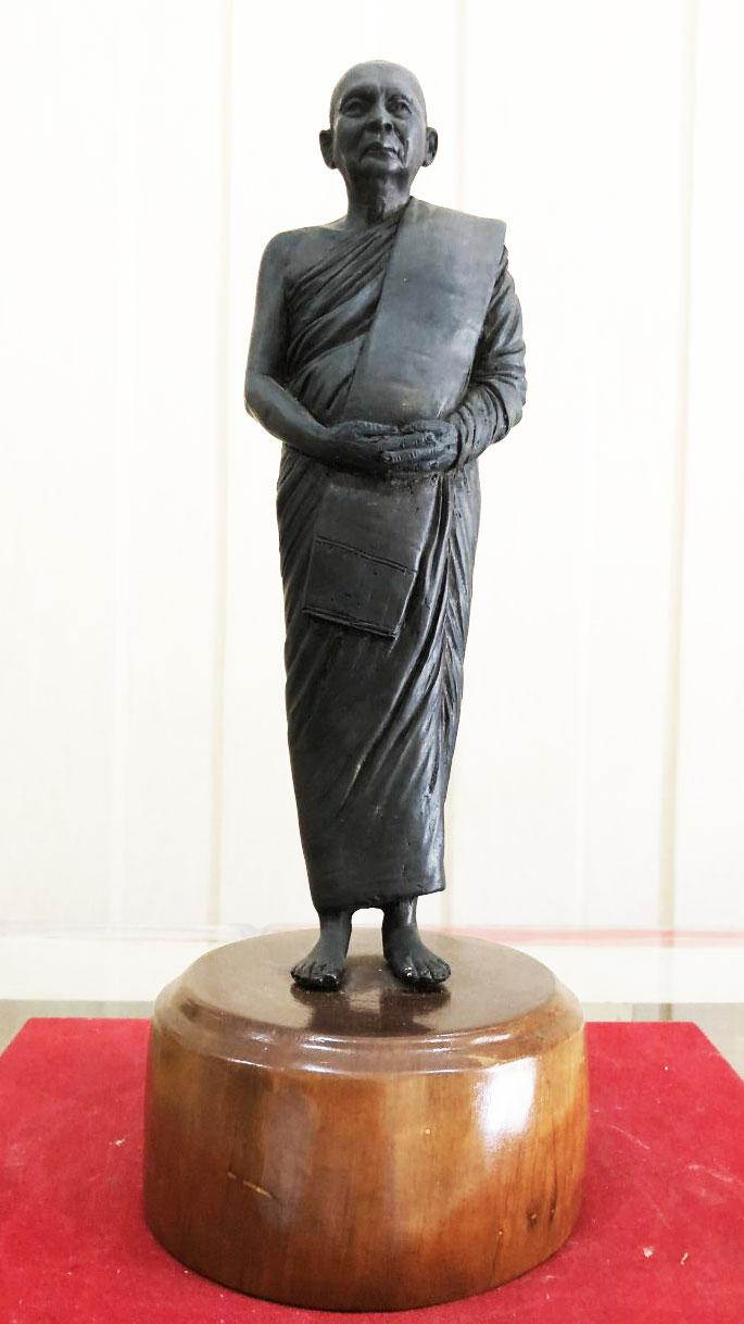 พระรูปหล่อ สมเด็จพระญาณสังวร สมเด็จพระสังฆราช ญสส. (ประทับยืน) วัดบวรนิเวศวิหาร ปี 2556 งามสุดๆ ครับ