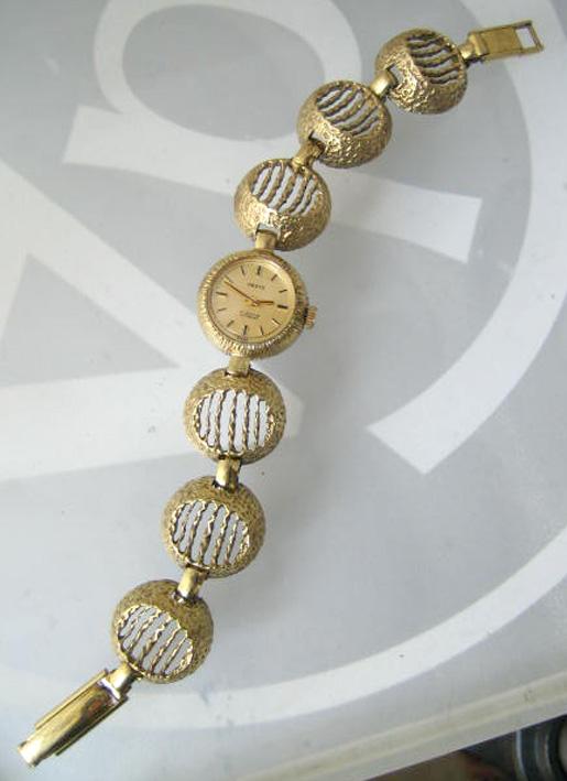 desta art deco classic 1960 ไขลาน for lady หน้าปัดเหลืองทองประดับหลักเวลาขีดดำสลับทอง กระจกเซลลูลอย