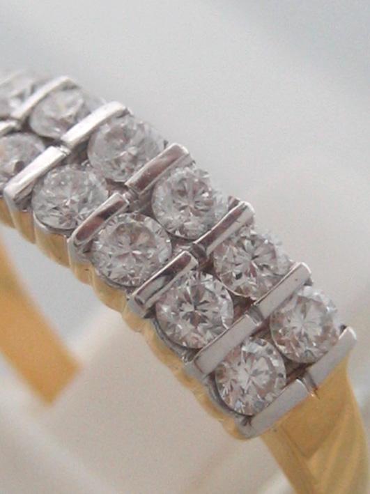 แหวนทองคำฝังเพชรแท้รูปทรงกลมเกสรขนาด 0.04x14 กะรัต น้ำขาว 96-97 ตัวเรือนทอง yellow gold น้ำหนักทองรว 1