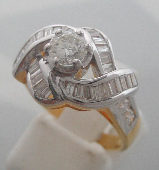 แหวนทองคำประดับเพชรแท้เม็ดหลักรูปทรงเกสรขนาด 0.40 กะรัต เม็ดรอง ขนาด 0.05x4 กะรัต เพชรบาร์เก็ตรวมน้ำ
