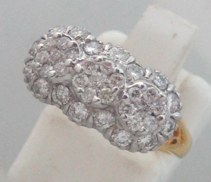 แหวนทองคำดีไซน์แบบกระจุก 3 ช่อ ประดับเพชรแท้ 37 เม็ดรวมน้ำหนัก 0.87 กะรัต เบลเยี่ยมคัต น้ำขาว 95 ไฟด
