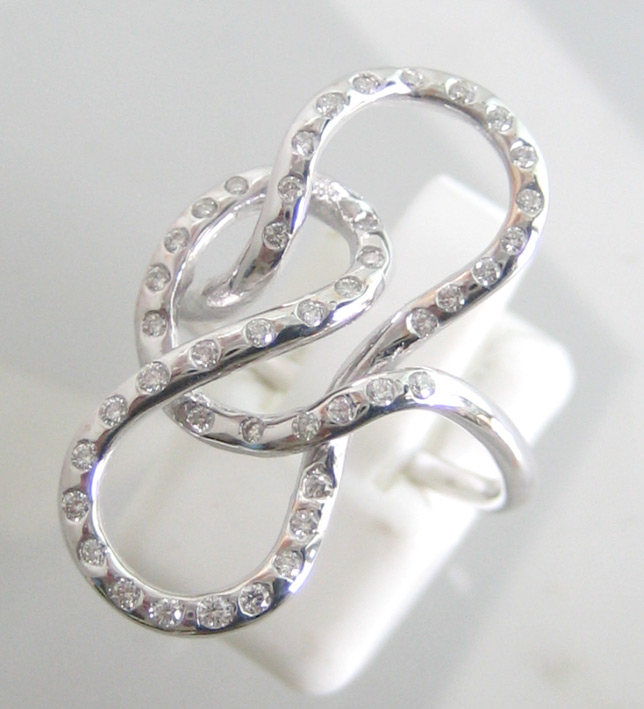 แหวนทองคำรูปทรงแฟนซี ประดับเพชรแท้ 43 เม็ด น้ำหนักรวม 0.40 กะรัต น้ำขาวไฟดีไม่มีตำหนิ ตัวเรือนทองคำ
