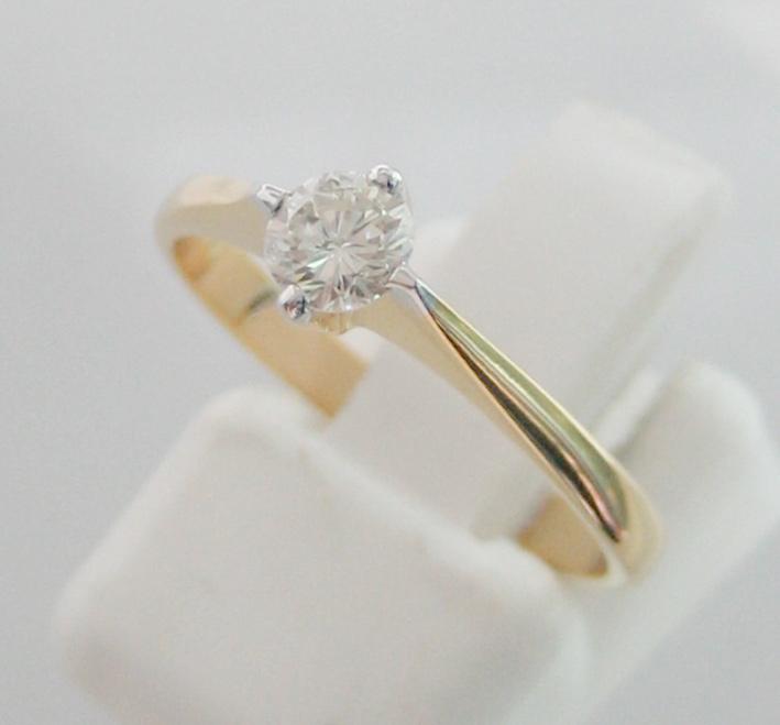 แหวนทองคำประดับเพชรแท้เม็ดหลักขนาด 0.25 กะรัต น้ำขาว 96 เบลเยี่ยมคัตไฟดีไม่มีตำหนิ ตัวเรือนทองคำ 90