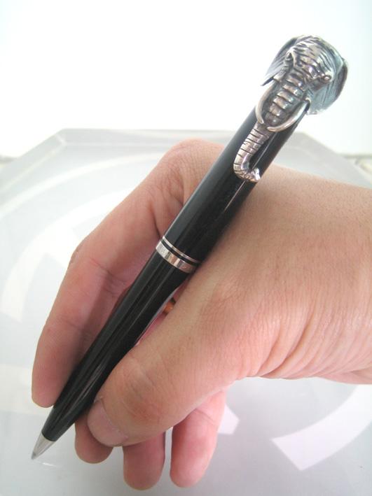 ปากกาหมึกแห้ง ball point pelikan spacial edition for Bangkok Airways ตัวด้ามอครีลิคดำ ชุดเหน็บแสดงสั 1