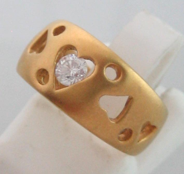 แหวนทองคำประดับเพชรแท้เม็ดเดี่ยวขนาด 0.15 กะรัต ตัวเรือนทอง 90 ฉลุลวดลายหัวใจ น้ำหนักทองรวม 4.4 กรั