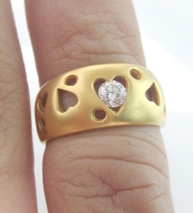 แหวนทองคำประดับเพชรแท้เม็ดเดี่ยวขนาด 0.15 กะรัต ตัวเรือนทอง 90 ฉลุลวดลายหัวใจ น้ำหนักทองรวม 4.4 กรั 5