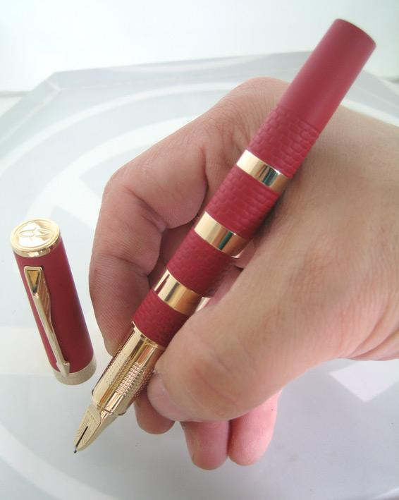 ปากกาหมึกเคมี PARKER ชุดเหน็บเคลือบทอง yellow gold ระบบหมึกซ่อนปลายปากเคมี ตัวด้ามแดงสลับทอง ระบบดึง 1