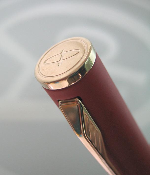 ปากกาหมึกเคมี PARKER ชุดเหน็บเคลือบทอง yellow gold ระบบหมึกซ่อนปลายปากเคมี ตัวด้ามแดงสลับทอง ระบบดึง 7