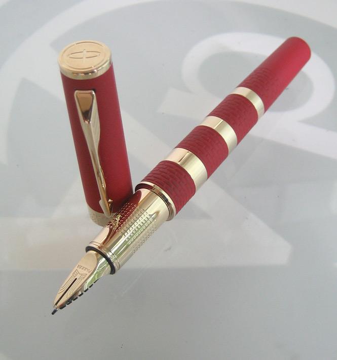 ปากกาหมึกเคมี PARKER ชุดเหน็บเคลือบทอง yellow gold ระบบหมึกซ่อนปลายปากเคมี ตัวด้ามแดงสลับทอง ระบบดึง 8