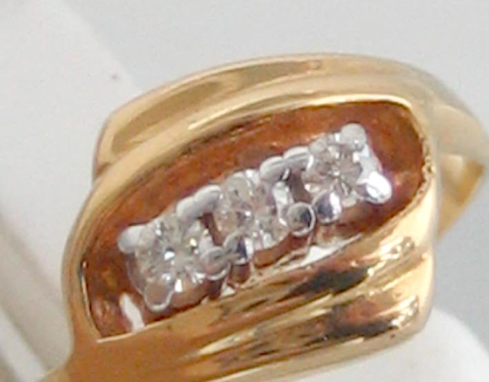 แหวนทองคำประดับเพชรแท้  3 เม็ด ตัวเรือนทอง 90 น้ำหนักทอง 2.2 กรัม size 50 (ขนาดวงนิ้วย่อขยายได้ด้วย 1