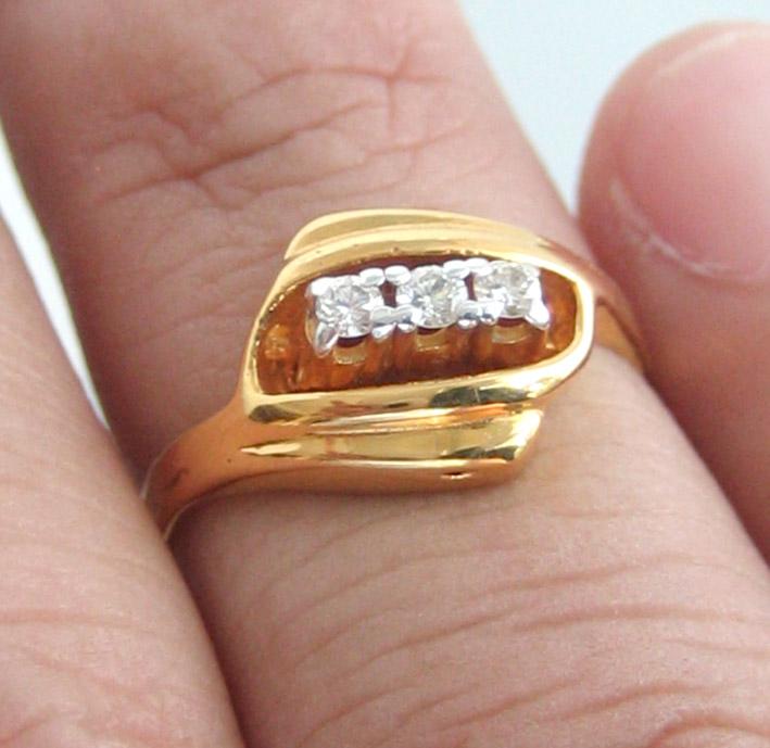 แหวนทองคำประดับเพชรแท้  3 เม็ด ตัวเรือนทอง 90 น้ำหนักทอง 2.2 กรัม size 50 (ขนาดวงนิ้วย่อขยายได้ด้วย 5