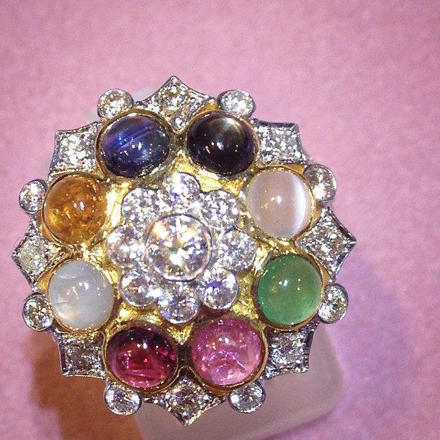 แหวนทองคำประดับพลอยนพเก้า(หลากสี)รวมเพชรแท้ 47 เม็ด น้ำหนักรวม 1.16 กะรัต ตัวเรือนทอง 90 นำหนัก 8.1