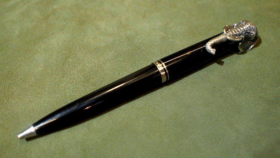 ปากกาหมึกแห้ง ball point pelikan spacial edition for Bangkok Airways ตัวด้ามอครีลิคดำ ชุดเหน็บแสดงสั
