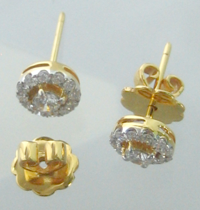 ต่างหูทองคำรูปทรงกลม ฝังเพชรแท้เม็ดหลักขนาด 0.13x2 กะรัต เม็ดรอง 24 เม็ดรวมนน้ำหนัก 0.40 กะรัต ตัวเร 2