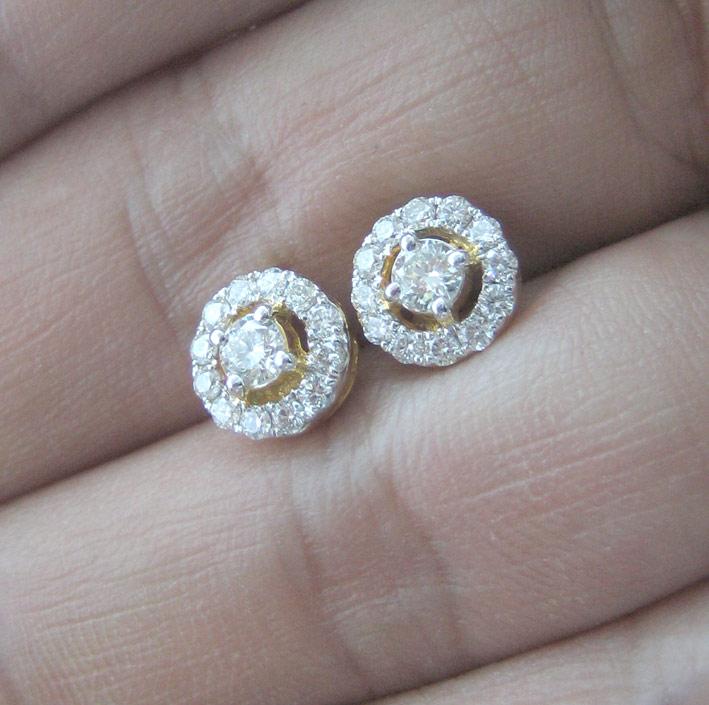 ต่างหูทองคำรูปทรงกลม ฝังเพชรแท้เม็ดหลักขนาด 0.13x2 กะรัต เม็ดรอง 24 เม็ดรวมนน้ำหนัก 0.40 กะรัต ตัวเร 3