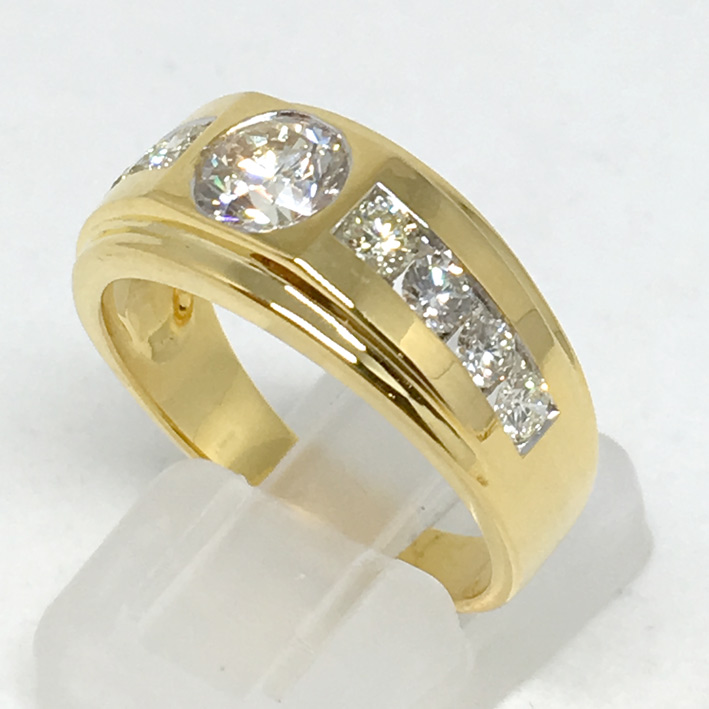 แหวนทองขาวฝังเพชรแท้เม็ดหลักขนาด 0.81 กะรัต น้ำขาว 94 ไฟดีไม่มีตำหนิ เม็ดรอง 8 เม็ด รวมน้ำหนัก 0.80
