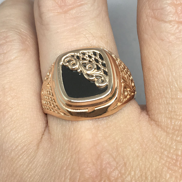 แหวนทองชาย Dandy 9k ฉลุลาย ประดำหินนิลดำ ตัวเรือนทอง Pink gold 375 น้ำหนักทองช่างรวม 7.3 กรัม ขนาดวง 6