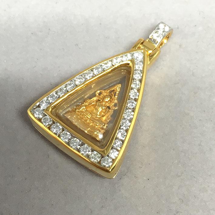 พระทองคำพระพุทธชินราช ใส่ตลับทองคำแท้ฝังเพขรแท้รวมน้ำหนัก 0.46 กะรัต ทอง 90 น้ำหนัก 4.6 กรัม ขนาด 1