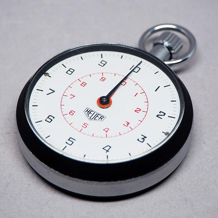 เครื่องจับเวลา stopwatch HEUER 1970 หน้าปัดขาวพิมพ์เลขอารบิค จับเวลาได้ 30 นาที กระจกเซลลูลอย ตัวเรื