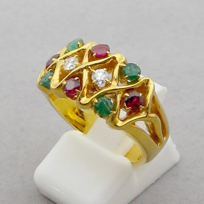 แหวนทองคำประดับเพชรแท้จำนวน 2 เม็ด รวมน้ำหนัก 0.10 กะรัต น้ำขาว ไฟดีไม่มีตำหนิ ประดับพลอยแท้มรกต และ