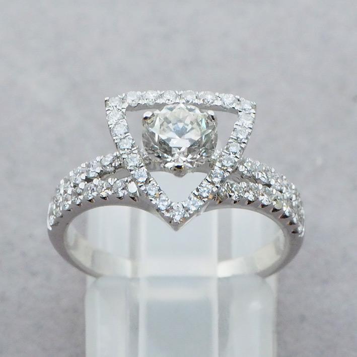 แหวนทองคำประดับเพชรแท้เม็ดหลัก น้ำหนัก 0.72 กะรัต น้ำขาว 94-95 เม็ดรอง 52 เม็ดรวมน้ำหนัก 0.50 กะรัต