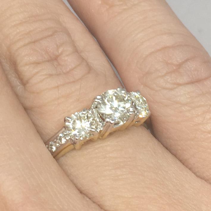 แหวนทองคำประดับเพชรแท้เม็ดหลักขนาด 0.75 กะรัต เม็ดรองขนาด 0.35x2 กะรัต เม็ดย่อยขนาด 0.03x6 กะรัต น้ำ
