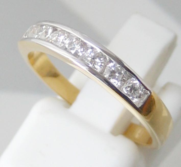 แหวนทองคำฝังสอดเพชรแท้ 8 เม็ดรวมน้ำหนัก 0.35 กะรัต น้ำขาวไฟดัไม่มีตำหนิ ตัวเรือนทอง 90 น้ำหนักช่างร