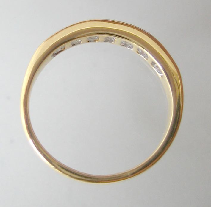 แหวนทองคำฝังสอดเพชรแท้ 8 เม็ดรวมน้ำหนัก 0.35 กะรัต น้ำขาวไฟดัไม่มีตำหนิ ตัวเรือนทอง 90 น้ำหนักช่างร 3
