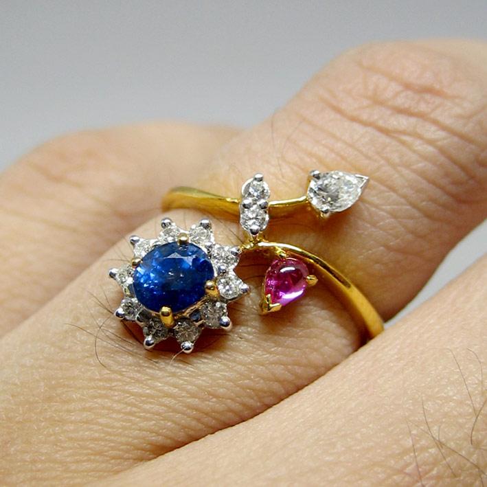 แหวนทองคำฝังเพขรแท้ 13 เม็ดรวมน้ำหนัก 0.18 กะรัต ประดับพลอยไพลินเจียรไน และทับทิมเจียรไนหลังเบี้ย ตั
