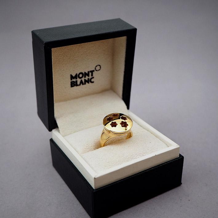 แหวน MONTBLANC LOVE  ตัวเรือนทอง 18k 750 ดีไซน์เป็นฝาเปิดด้านนอกเป็นสัญลักษณ์สตาร์ เปิดฝาสลักชื่อคนร