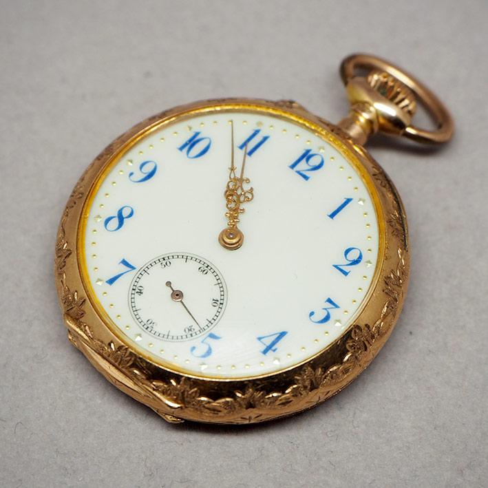 นาฬิกาพกทองคำยุคปี 1900 หน้าปัดกระเบื้องแท้พิมพ์อารบิคน้ำเงิน เดินเวลาด้วยเข็มฉลุลาย 2 เข็มครึ่ง กระ