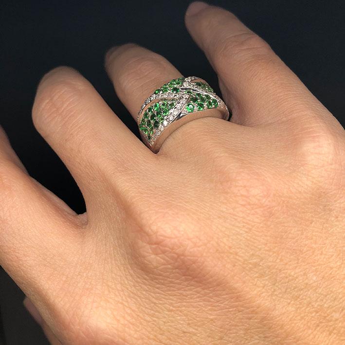 แหวนทองคำฝังเพชรแท้ จำนวน 38 เม็ด รวมน้ำหนัก 0.50 กะรัต ประดับพลอยเขียว Green Garnet 49 เม็ด ตัวเรือ