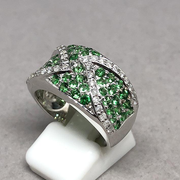 แหวนทองคำฝังเพชรแท้ จำนวน 38 เม็ด รวมน้ำหนัก 0.50 กะรัต ประดับพลอยเขียว Green Garnet 49 เม็ด ตัวเรือ 1