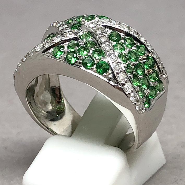 แหวนทองคำฝังเพชรแท้ จำนวน 38 เม็ด รวมน้ำหนัก 0.50 กะรัต ประดับพลอยเขียว Green Garnet 49 เม็ด ตัวเรือ 2