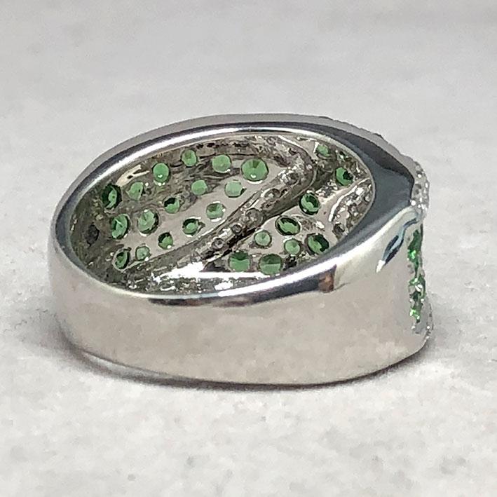 แหวนทองคำฝังเพชรแท้ จำนวน 38 เม็ด รวมน้ำหนัก 0.50 กะรัต ประดับพลอยเขียว Green Garnet 49 เม็ด ตัวเรือ 3