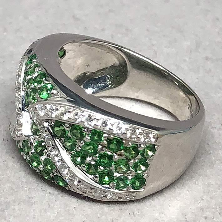 แหวนทองคำฝังเพชรแท้ จำนวน 38 เม็ด รวมน้ำหนัก 0.50 กะรัต ประดับพลอยเขียว Green Garnet 49 เม็ด ตัวเรือ 4