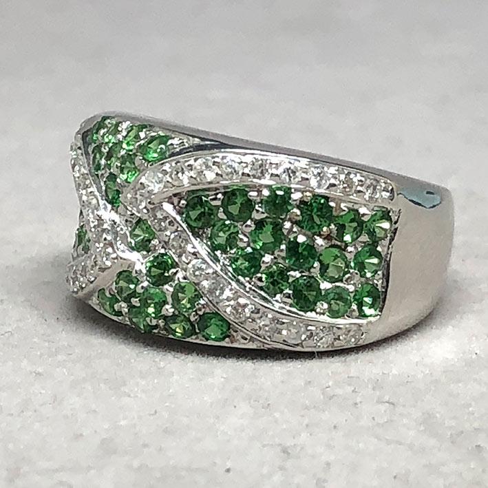 แหวนทองคำฝังเพชรแท้ จำนวน 38 เม็ด รวมน้ำหนัก 0.50 กะรัต ประดับพลอยเขียว Green Garnet 49 เม็ด ตัวเรือ 5