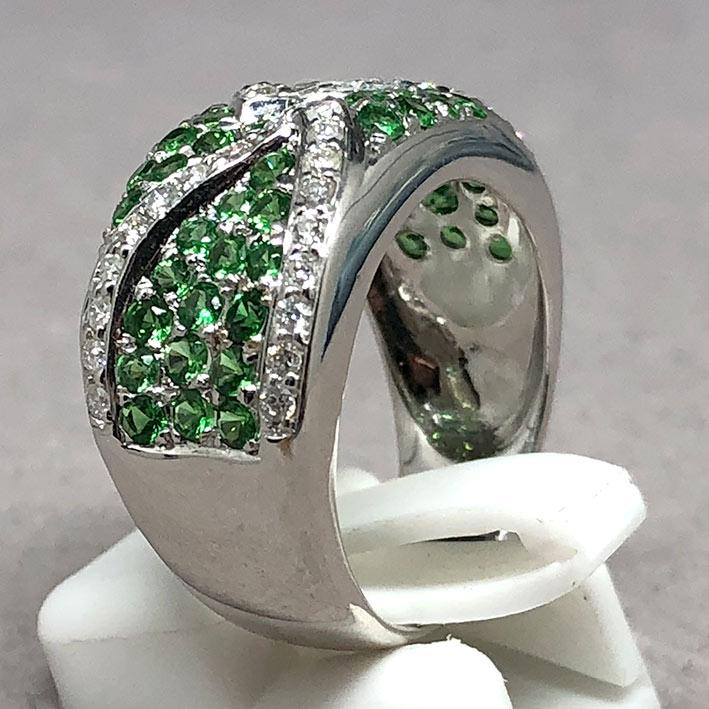 แหวนทองคำฝังเพชรแท้ จำนวน 38 เม็ด รวมน้ำหนัก 0.50 กะรัต ประดับพลอยเขียว Green Garnet 49 เม็ด ตัวเรือ 6