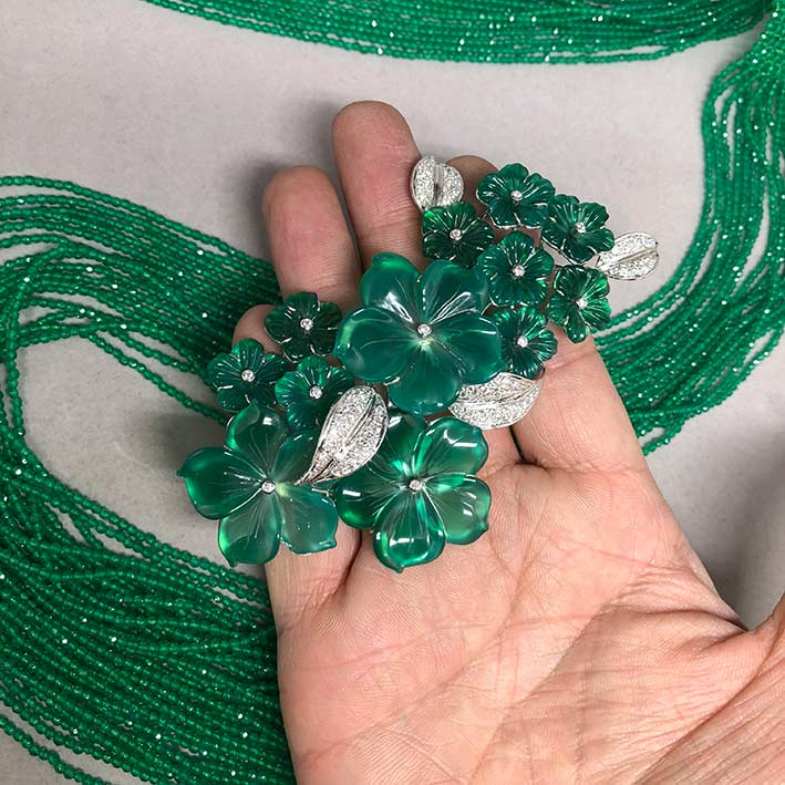ชุดสร้อยคอพลอยเขียวร้อยสร้อยเม็ดเล็กละเอียดขนาดความยาว พร้อมเข็มกลัดดอกไม้ ตัวเรือนทองขาว 18k ฝังเพช