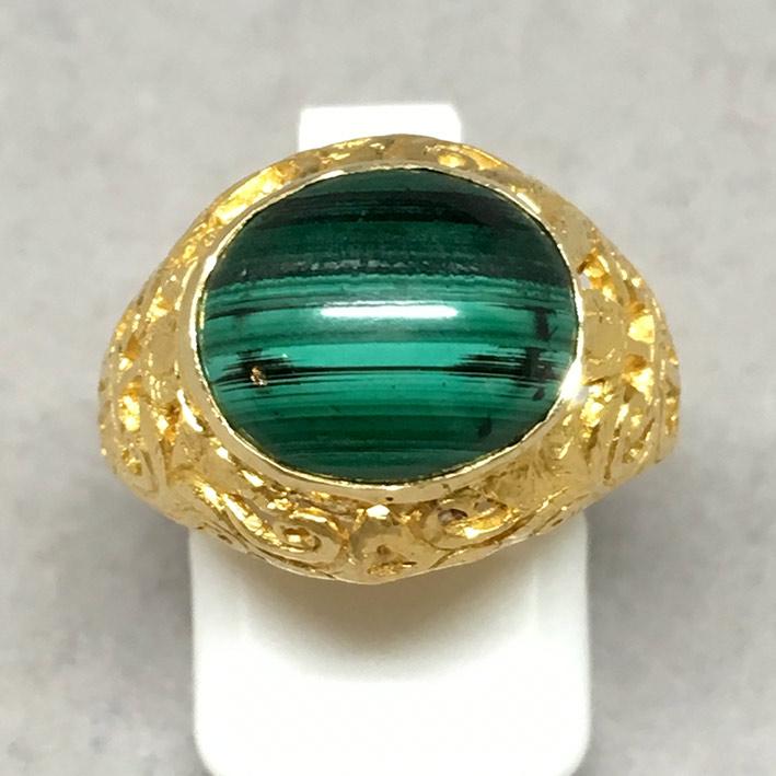 แหวนทองคำงานไทยโบราณ ประดับหินพลอเขียว ตัวเรือนทองคำแกะลายสวยงาม น้ำหนักทองช่างรวม 7.5 กรัม size 53
