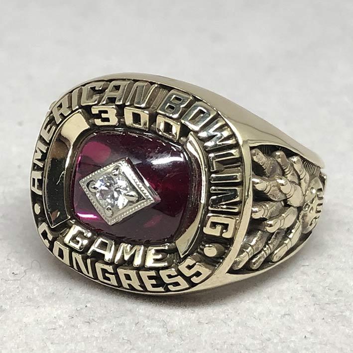 แหวนทองคำงานนอก Champion American Bowing ด้านหน้าฝังพลอยแดงประดับเพชรแท้เจียรไน รูปแบบดีไซน์ทรงเหลี่