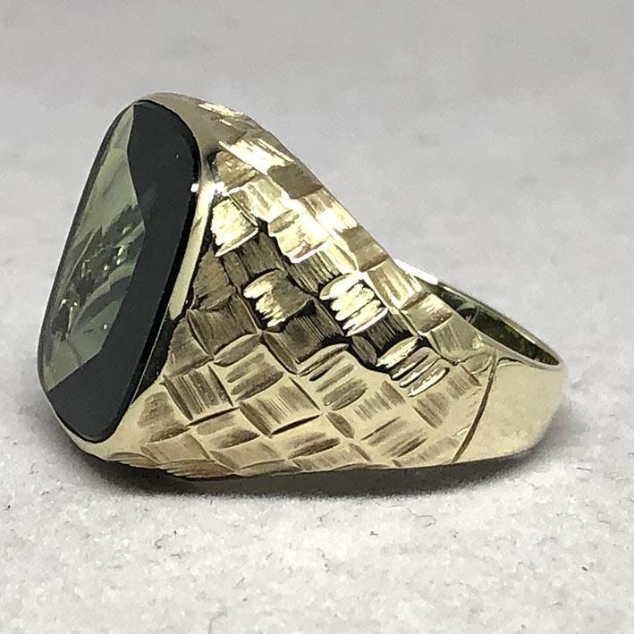 แหวนทองคำงานนอก ด้านหน้าประดับพลอยเขียวเนื้ออ่อนเจียรไนหลบใน สำหรับแฟรแสงสะท้อนใน หน้าตัดเรียบแบน ด้ 1