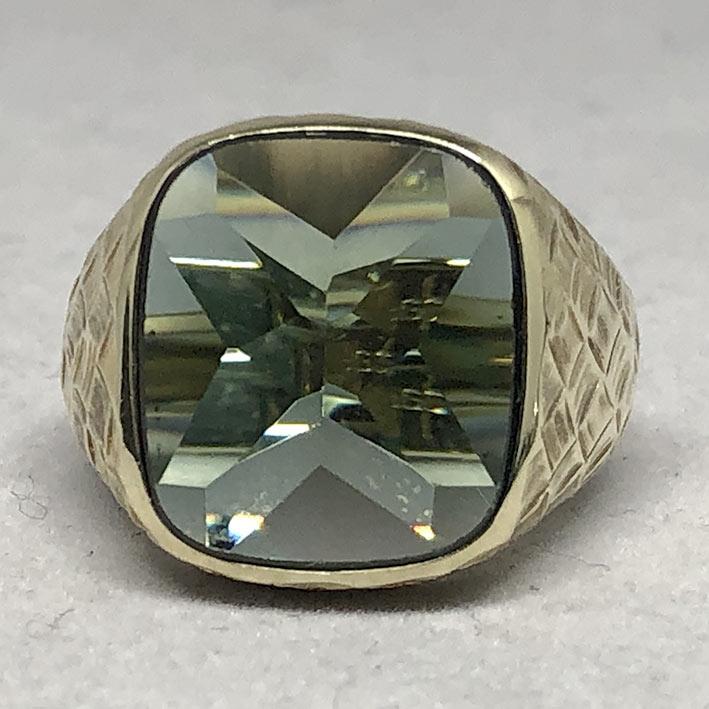 แหวนทองคำงานนอก ด้านหน้าประดับพลอยเขียวเนื้ออ่อนเจียรไนหลบใน สำหรับแฟรแสงสะท้อนใน หน้าตัดเรียบแบน ด้ 2