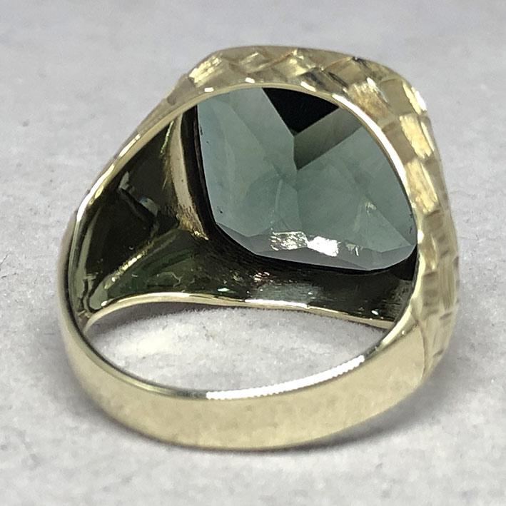 แหวนทองคำงานนอก ด้านหน้าประดับพลอยเขียวเนื้ออ่อนเจียรไนหลบใน สำหรับแฟรแสงสะท้อนใน หน้าตัดเรียบแบน ด้ 4