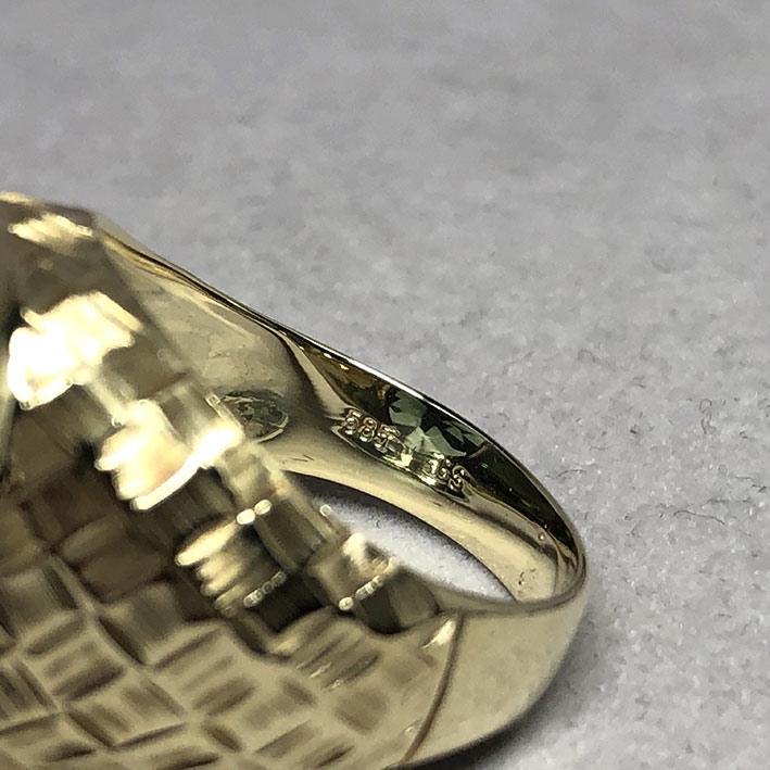 แหวนทองคำงานนอก ด้านหน้าประดับพลอยเขียวเนื้ออ่อนเจียรไนหลบใน สำหรับแฟรแสงสะท้อนใน หน้าตัดเรียบแบน ด้ 5