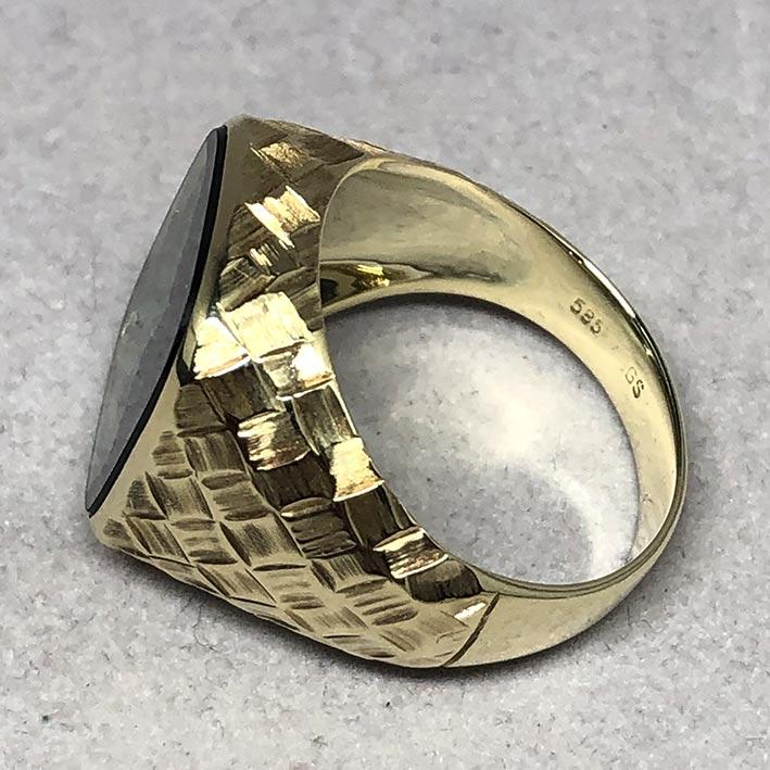 แหวนทองคำงานนอก ด้านหน้าประดับพลอยเขียวเนื้ออ่อนเจียรไนหลบใน สำหรับแฟรแสงสะท้อนใน หน้าตัดเรียบแบน ด้ 6
