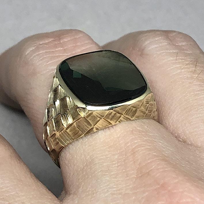 แหวนทองคำงานนอก ด้านหน้าประดับพลอยเขียวเนื้ออ่อนเจียรไนหลบใน สำหรับแฟรแสงสะท้อนใน หน้าตัดเรียบแบน ด้ 7