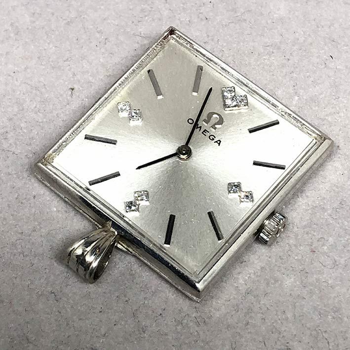 นาฬิกาห้อยคอ OMEGA ไขลาน  1950  หน้าปัดบรอนซ์เงินประดับหลักเวลาขีดสลับเพชรแท้ 7 เม็ด เดินเวลา 2 เข็ม 1