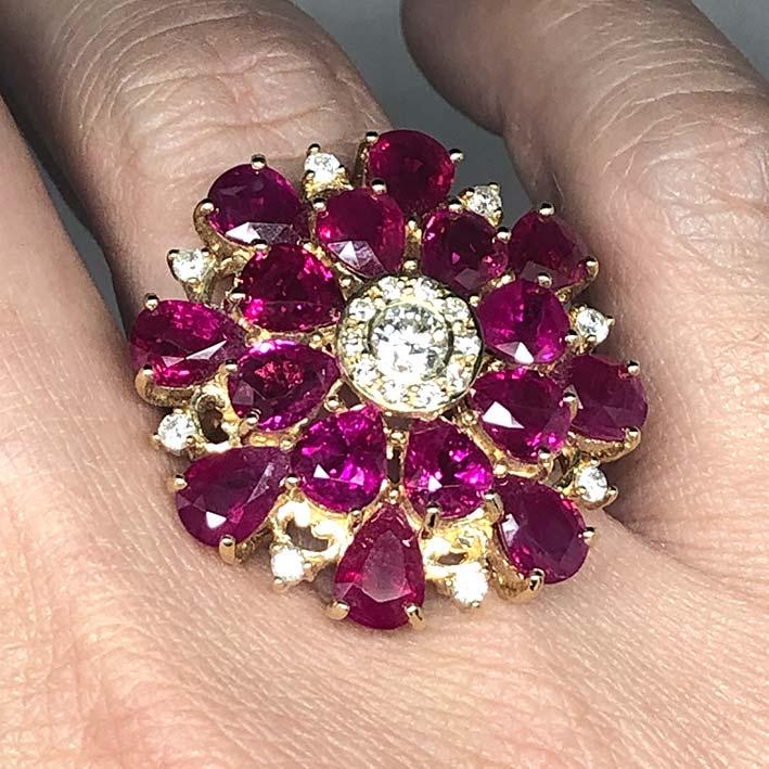 แหวนทองคำฝังเพชรแท้เม็ดกลางขนาด ขนาด 0.28 กะรัต ล้อมด้วยเพชร 0.02x10 กะรัต เม็ดรอง 0.03x8 กะรัต เม็ด